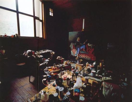 巴尔蒂斯正在创作作品《镜子里的猫》