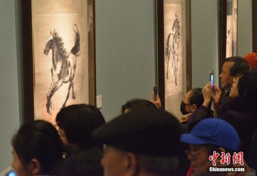 资料图:11月23日,徐悲鸿的画作吸引北京参观者。中新社记者 满会乔 摄