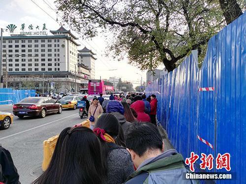 排队的人群。中新网记者 宋宇晟 摄