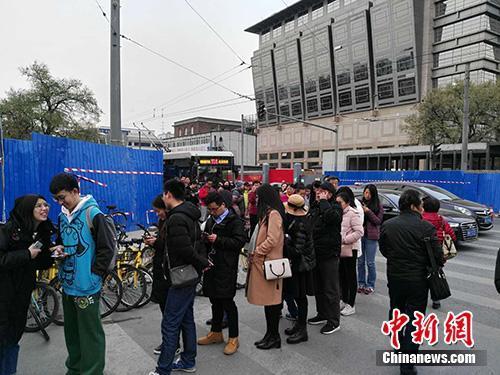 队伍在路口转向北继续排下去。中新网记者 宋宇晟 摄