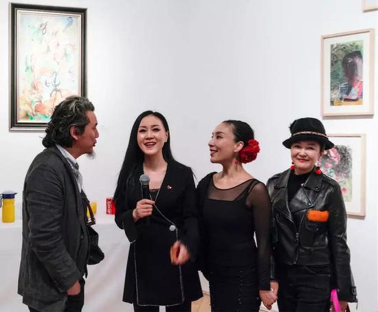 左起:艺术家张琪凯,策展人严虹,舞蹈家朵朵与杨珊珊