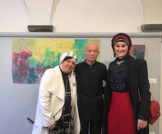 佛罗伦萨电视台彩访报导与美术馆艺术总监合影
