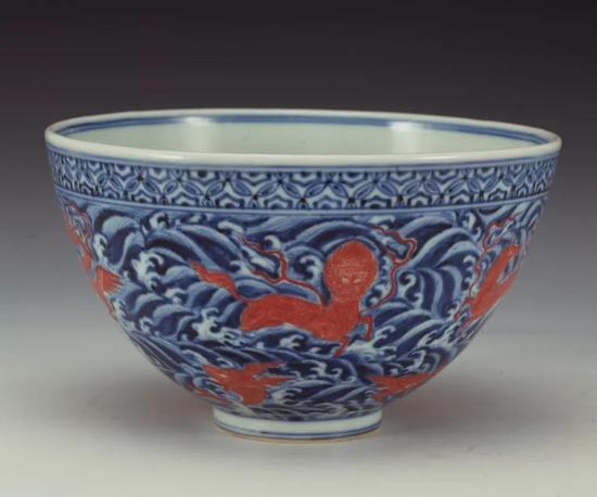 明正统-天顺青花红彩海水瑞兽纹碗 上海博物馆藏