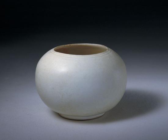 """定窑白釉刻""""官""""字款水丞,五代,高6.4cm,口径5cm,足径3.5cm。故宫博物院藏。"""