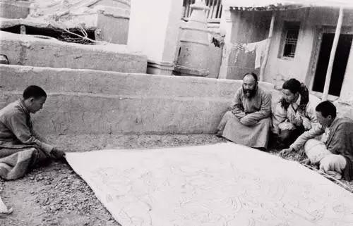 图16。张大千在榆林石窟与藏僧研究临摹敦煌壁画