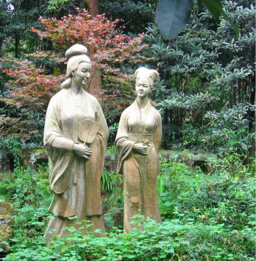三苏祠中的雕塑,左为程夫人