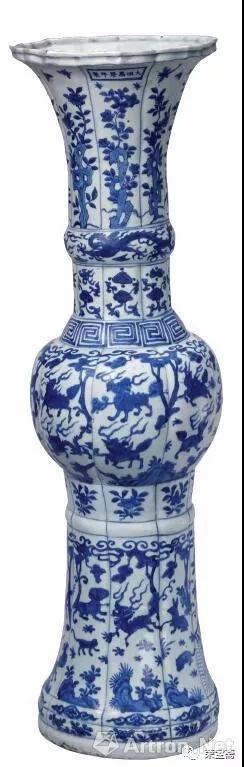 图12 明万历青花异兽纹花觚 故宫博物院藏