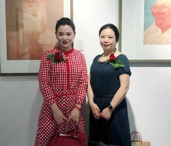 画家李传真女士和王一帆女士在展览现场合影