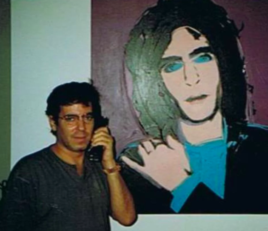 艺术收藏家Todd Brassner在安迪·沃霍尔为他创作的肖像前。图片:courtesy of Todd Brassner via Facebook