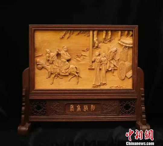 张静木雕作品《长亭送别》。受访者供图