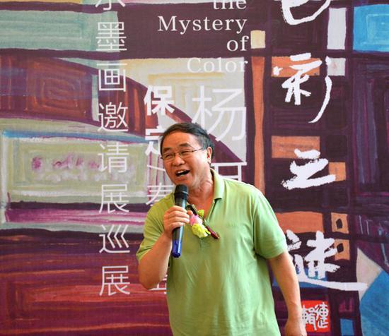 画家、河北省美术研究所所长张静伯先生宣布展览开幕