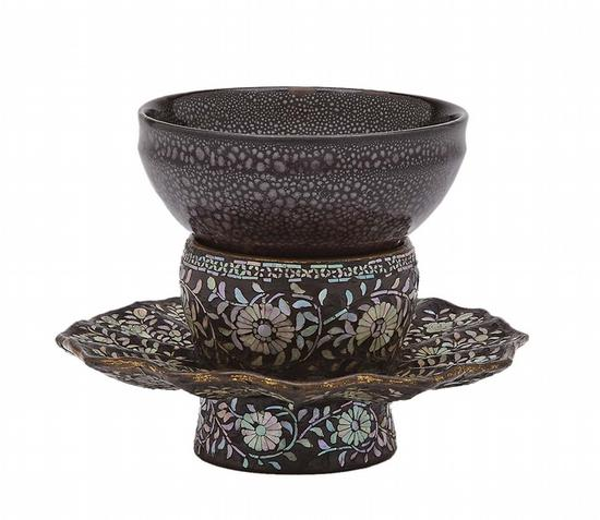 油滴天目,附螺钿唐草纹天目台,茶碗为南宋时代12~13世纪