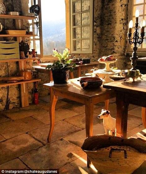 阳光照进焕然一新的厨房里,几百年的时光仿佛都不复存在。。