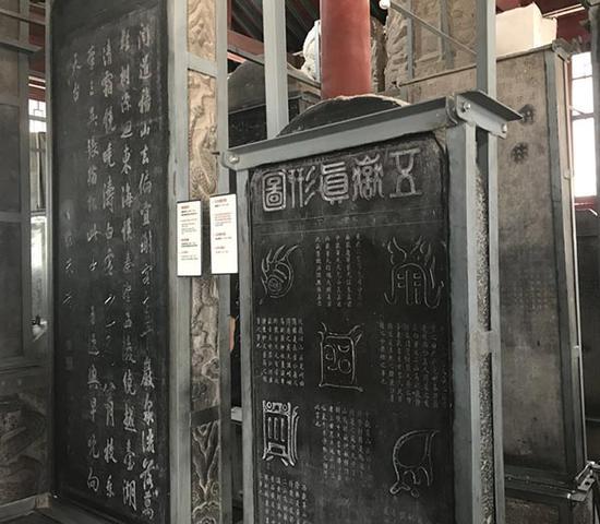 西安碑林博物馆展室内鳞次栉比的石碑