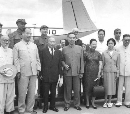 """1965年7月20日,曾任""""国民政府代总统""""的李宗仁和夫人郭德洁从美国回到北京,周恩来总理到机场欢迎。"""