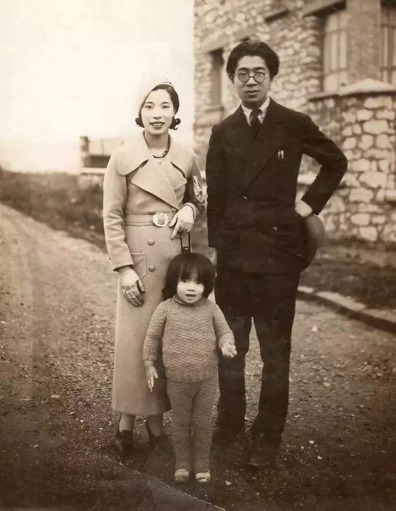 1933年常沙娜与父母在法国巴黎的合影