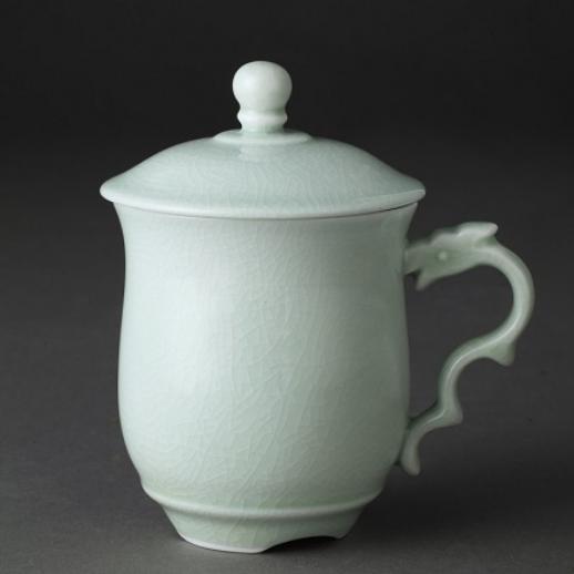 用活态瓷工艺烧制的龙头杯