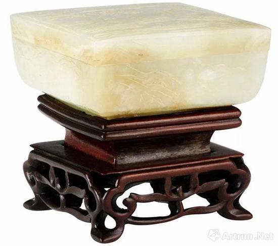 白玉浮雕山水方盒  边长7.8厘米,高3.5厘米。