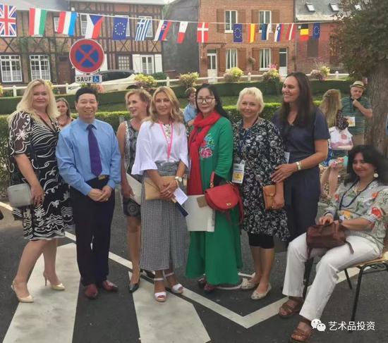 沈春霞老师2017年与来自世界多个国家的参赛艺术家们相聚在巴黎小镇