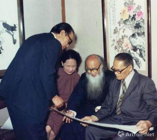 张大千(右二)与黄君璧(右一)赏画