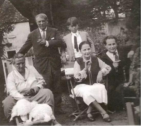 成名后的毕加索与格特鲁德等人的合照