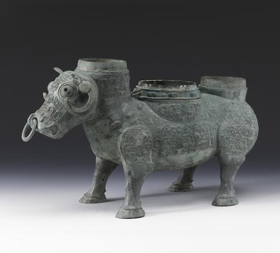 上海博物馆收藏的一件春秋晚期的牺尊(图10)