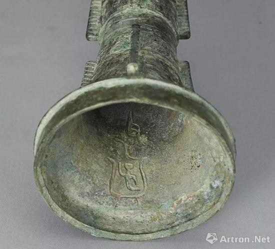 Lot 2152 殷 青铜父乙觚 H:30cm