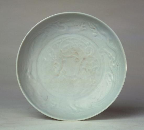 卵白釉印花云龙纹盘