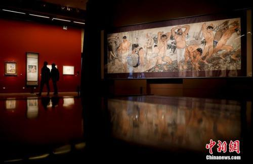 1月25日,中国美术馆展出徐悲鸿所作巨幅中国画《愚公移山》。中新社记者 杜洋 摄
