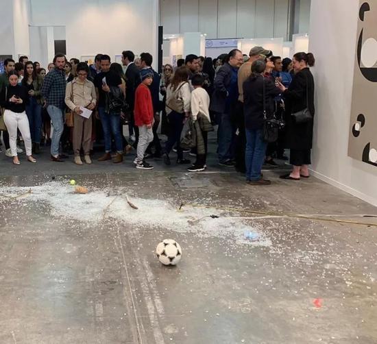艺术批评家意外打碎一件价值2万美元的艺术品