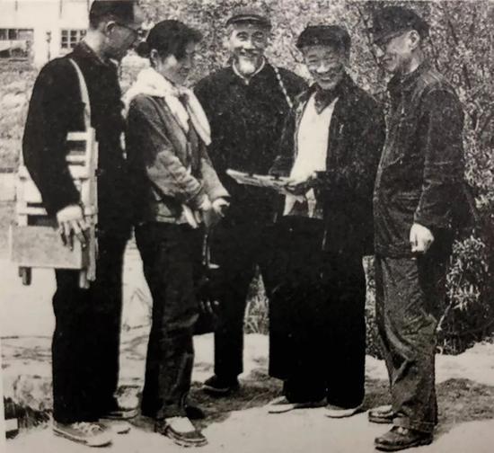 約50年代,林风眠(右二)与关良在上海郊外写生