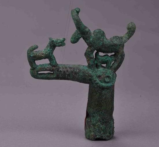 铜鸠首犬吠牛杖首 卡约文化