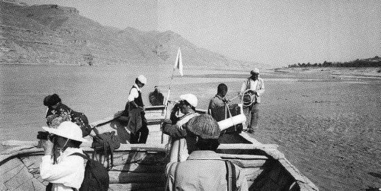 黄河考察一行人,从佳县乘船渡黄河