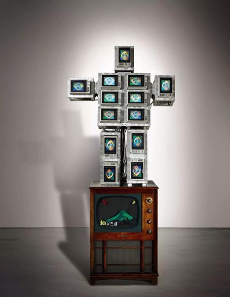 知名美国收藏 白南准《机械人家族系列:高科技宝宝》 一九八七年作 录像装置、十三个电视屏幕、老式木制电视柜附彩绘玻璃及录像带 220 (高) x 103 x 55 公分 1,500,000-2,000,000港元