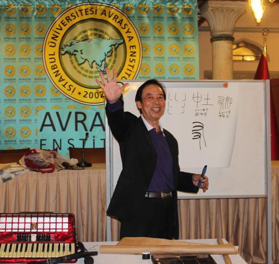 庞中华推广硬笔书法。受访者供图