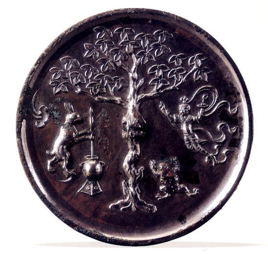 月宫镜当然,其间点缀的花叶、飞鸟应该还参考了唐代的人物花鸟螺钿镜。