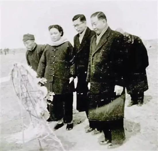 梅兰芳先生(右一)和家人祭祖