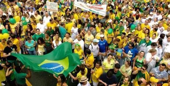 """巴西民众走上街头抗议政府""""糟糕的统治""""。图/Atlas"""