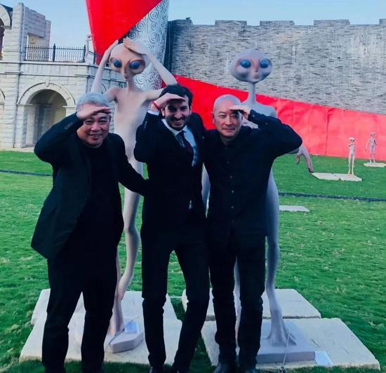 左起:王小飞先生、卢卡先生、傅榆翔在雕塑前合影