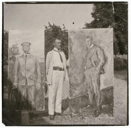 爱德华・蒙克与两幅作品在室外,摄于1909年。