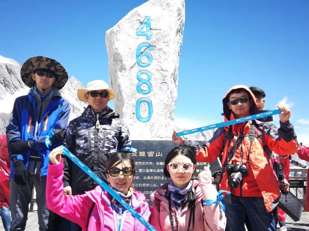 5月18日兰州大学师生将蓝丝带带上梅里雪山明永冰川