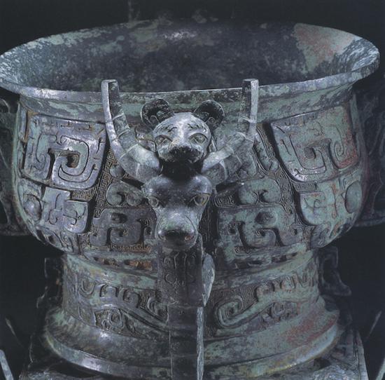 方座簋的四隅装饰有四组牛首兽面纹(图9)