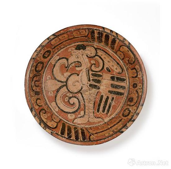 神鸟纹三足盘,神鸟被认为是伊扎姆·卡卡伊的化身