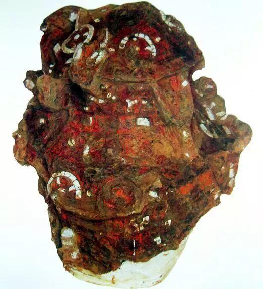 北京房山琉璃河商周遗址出土的2件漆器残片,前者镶有金片和绿松石,后者表面镶满贝壳