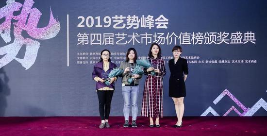 北京商报社副总编辑刘佳为获奖企业颁奖