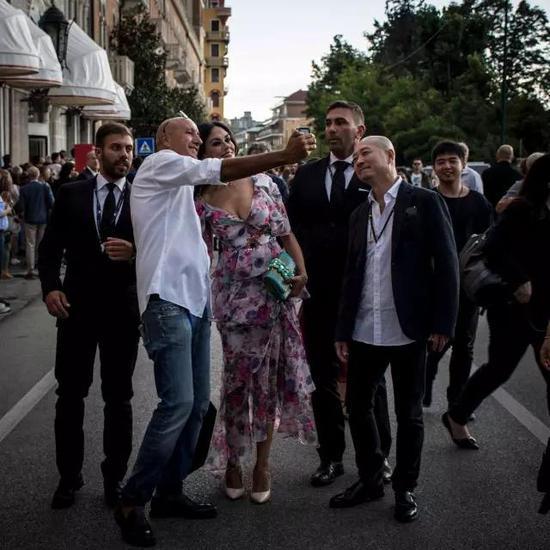 去走红地毯的路上,玛莉亚·嘉西亚·古欣娜塔不停地遇到粉丝们合影,她总是热情而轻松自在的配合