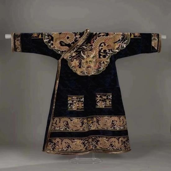 图说:加拿大皇家安大略博物馆所收藏的一件明代袍料改制的藏式袍