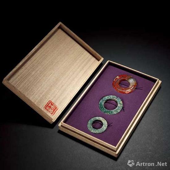 玛瑙环 (一组三件)成交价:9.2万元