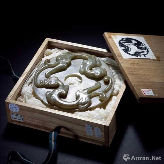 青玉高浮雕双螭龙璧成交价:71.3万元