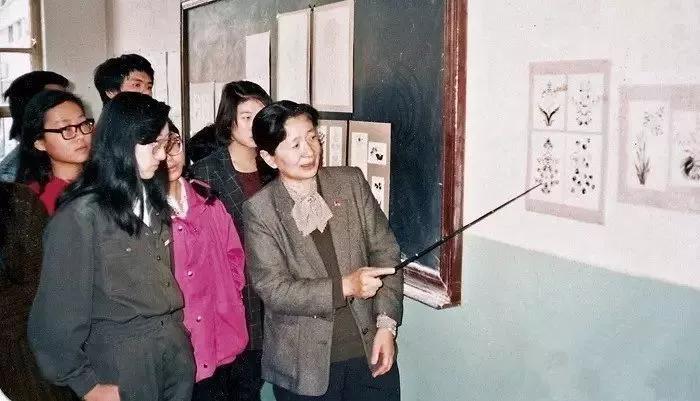 常沙娜给中央工艺美院染织系学生上课